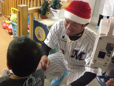 千葉ロッテマリーンズの今江選手と千葉大学医学部付属病院小児科を訪問